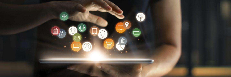 Innovationssymbole schweben über einem Tablet
