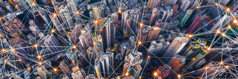Digitale Netzanschlussleitungen der Innenstadt von Hongkong. Finanzbezirk und Geschäftszentren in Smart City im Technologiekonzept. Draufsicht auf Wolkenkratzer und Hochhäuser. Luftaufnahme.