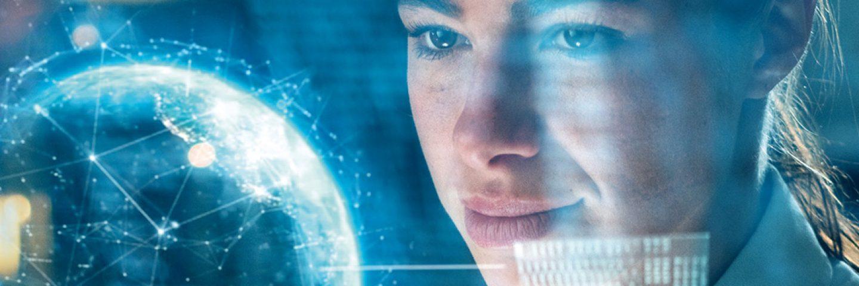 Junge Frau schaut auf ein Hologramm einer Weltkugel